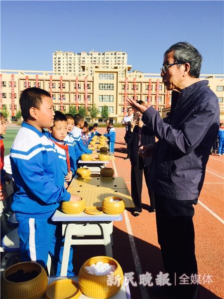 华以刚在喀什市阳光小学与学生们下指导棋.jpg