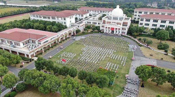 今天中午,上海这所学校的国庆快闪汇集了30多个国家和地区孩子的生日祝福