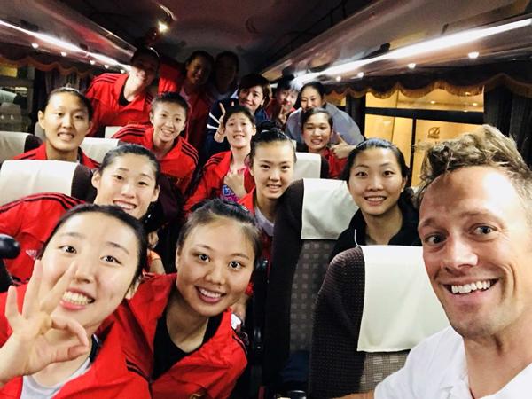 中国女排出征大赛期间,雷特习惯在大巴车上同中国女排自拍合影,成为每次大赛的美好纪念_副本.jpg