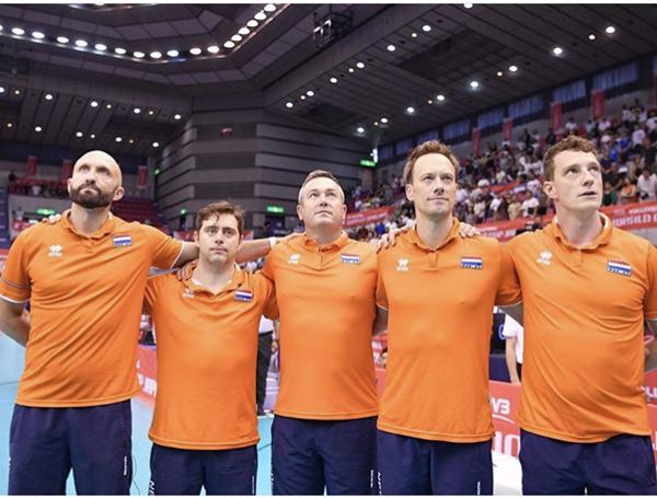 本届世界杯,雷特身穿橙色球衣,同教练组肩并肩登场_副本.jpg