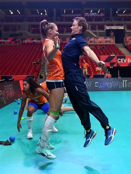 荷兰队队员很喜欢雷特充满激情的鼓舞方式_副本.jpg