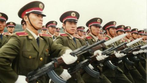 """上海民警曾亲历""""世纪大阅兵"""":小腿绑着沙袋练正步 皮鞋踢破十几双"""