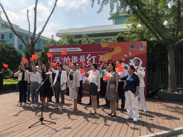 """""""天地谁最红""""红歌快闪音乐会正在举行 庆祝新中国成立70周年"""