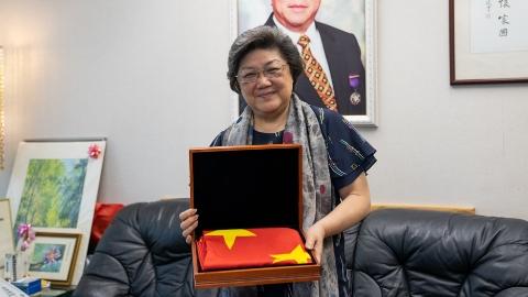 升起香港第一面五星红旗:香港爱国企业家黄周娟娟谈父辈往事