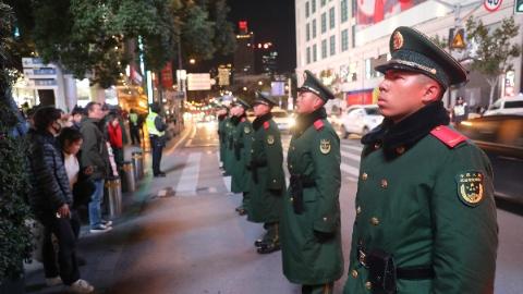 """跨年无休,守护上海各大旅游景点的武警""""00后""""成为执勤中坚力量"""