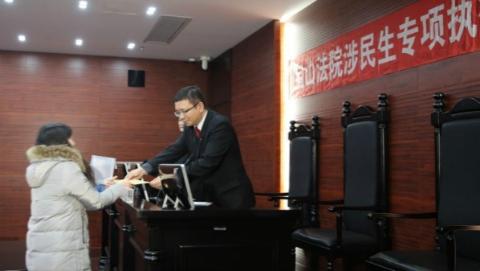 """宝山法院开展春节前涉民生专项执行行动 3名欠薪""""老赖""""被拘留"""