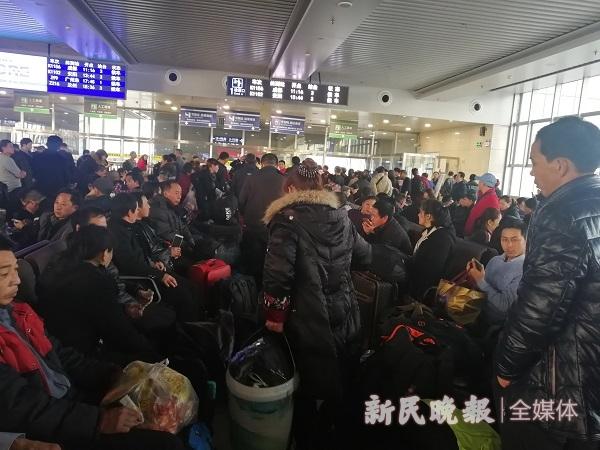 火车站候车室里,旅客们归乡心切2。罗水元摄.jpg