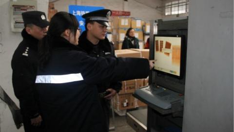 """铁路警方和铁路货运部门提升货运安检等级   严把""""装卸车关""""确保春运安全"""