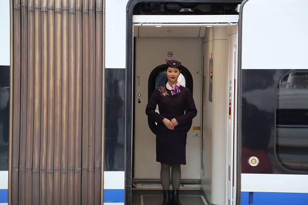 高文婕在高铁上迎接旅客 采访对象提供.jpg