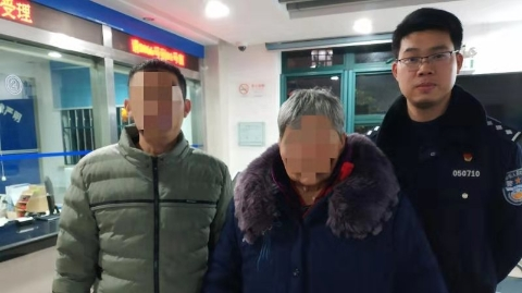 85岁失智老人走失在汽车站被市民发现,民警扫码定位半小时找到家人