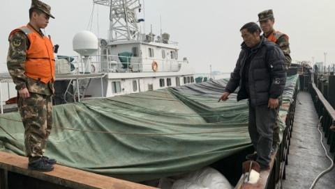 """长江口今晨惊现""""幽灵船"""",查出涉嫌走私白糖600吨"""
