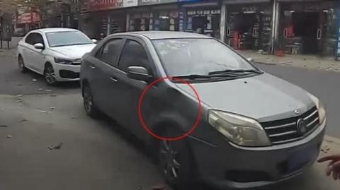 只因自家店门口被停车,他踢车泄愤进了派出所