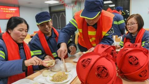 一起包饺子顺便看看外滩夜景 上海市总工会请春节留守上海农民工代表来做客