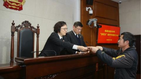 """杨浦法院加大力度破解""""执行难"""",一名校""""老赖""""不如实申报财产被司法拘留15天"""