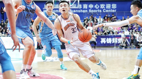 """从""""鲨回巅峰""""到""""鲨出困境"""",上海男篮为何会滑入泥潭?"""