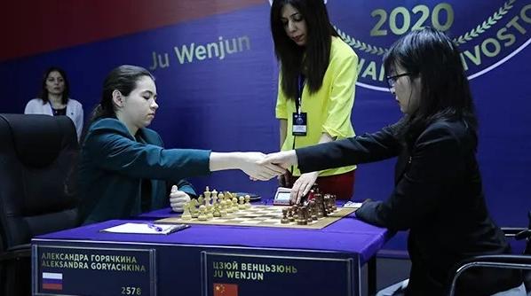 国际象棋棋后卫冕战第八局 挑战者战胜居文君首次领先