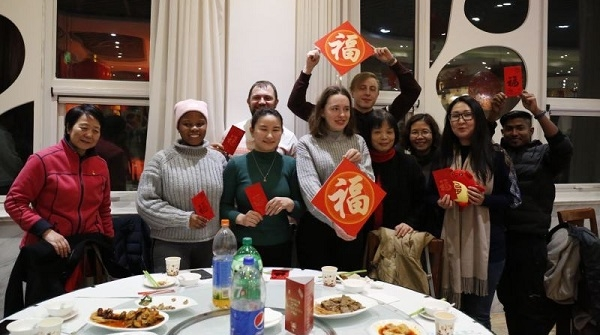 有美食有书香 上海财经大学为留校过年学子准备团圆饭