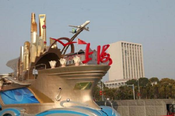 """""""奋进上海""""彩车在中国航海博物馆展出2.jpg"""