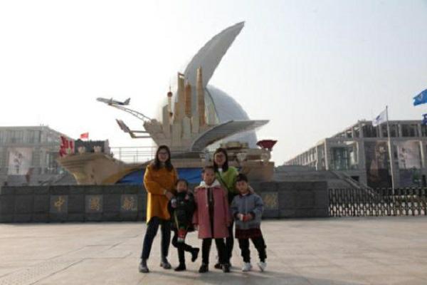 """""""奋进上海""""彩车在中国航海博物馆展出1.jpg"""
