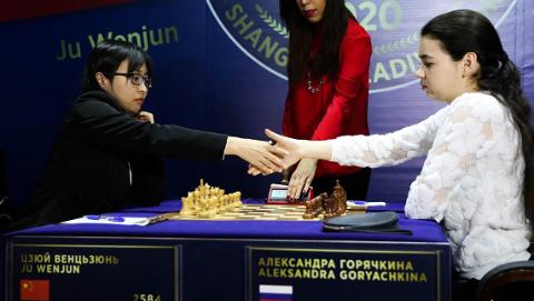 女子國際象棋世界冠軍賽第11局 居文君弈和挑戰者衛冕形勢有利