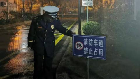 """打通小区""""生命通道"""",211名违停车主被警方约谈"""