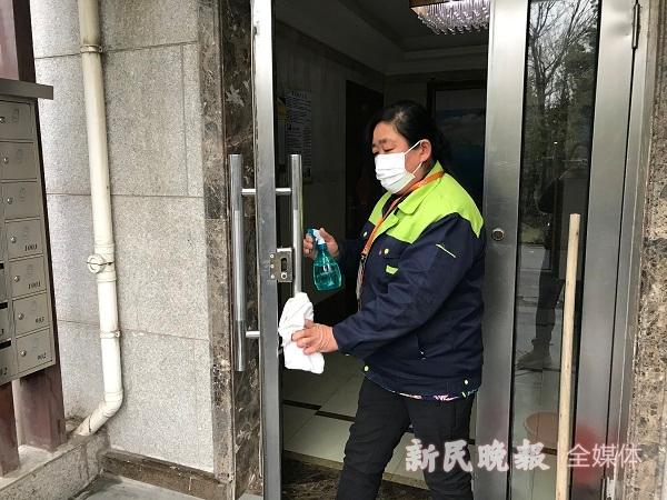 东方丽都物业增加消毒频次 杨玉红摄.JPG