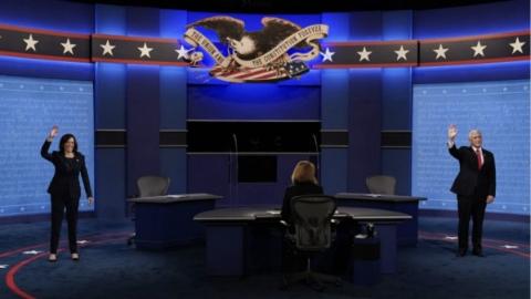 """美国大选副总统辩论举行:相距3.65米,隔着玻璃屏障,主持人开场喊""""都文明些"""""""