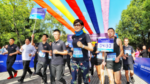 近300名外企高管和国际友人在黄浦滨江开跑,为进博会送上祝福