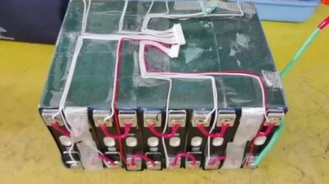 吓人!电动自行车能一口气跑250公里?警方提醒:非法改装电池有爆炸危险