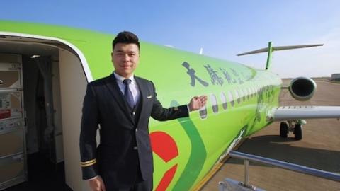 """国产民机首架整机彩绘飞机""""内蒙古农信号""""亮相"""