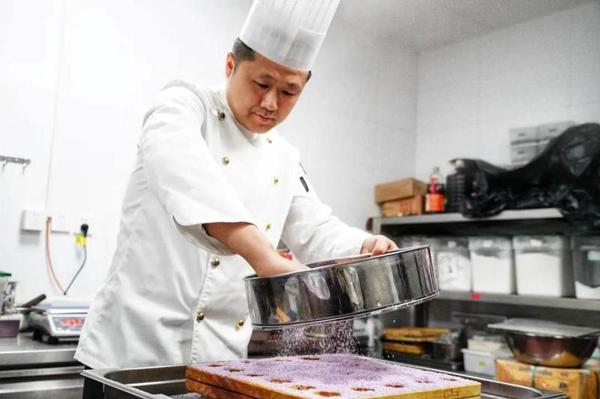 顾佳威,以及顾佳威(左一)和团队同事总结用餐反馈,调整菜单2_副本.jpg