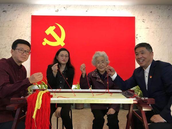 用一根羊毛绣线串联一个个红色故事,共绣党旗致敬建党百年