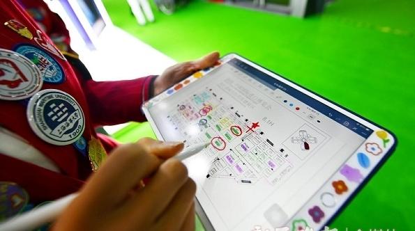 """""""小叶子""""自带iPad标注展区方位 只为更快更准指引"""