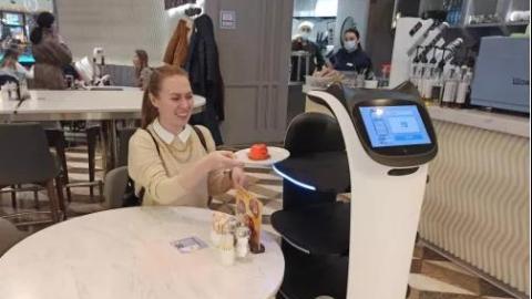 上菜!中国餐饮机器人在莫斯科餐厅欢乐送