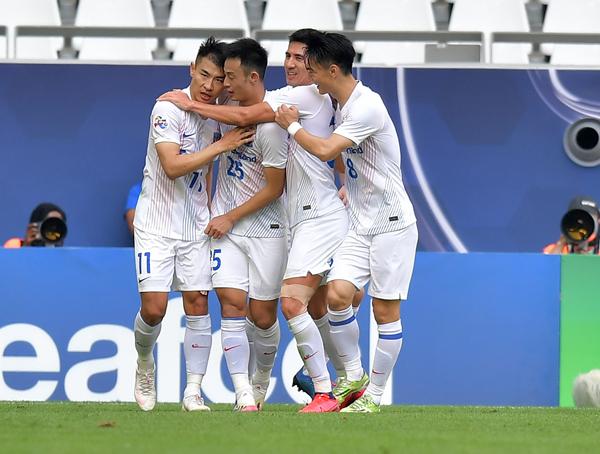 上海申花队球员于汉超(左一)进球后与队友庆祝-新华社downLoad-20201119081539_副本.jpg