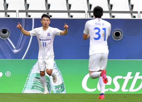 上海申花队球员于汉超(左)在比赛中庆祝进球-新华社downLoad-20201119081615_副本.jpg
