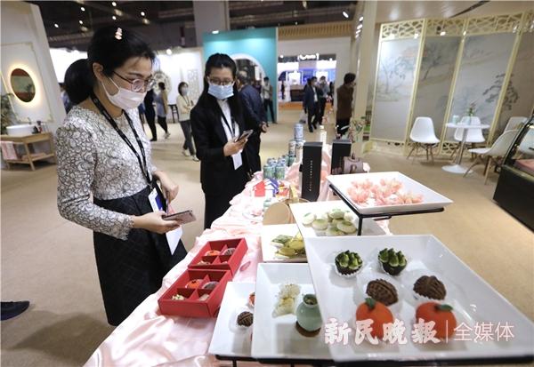 上海博物馆展区,荷花酥、绿豆糕、元宝茶等江南特色茶点吸引观众拍照欣赏-王凯_副本.jpg