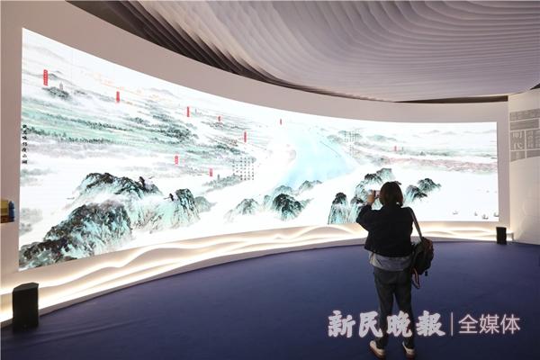 """江苏馆序厅,《中国大运河史诗图卷》长135米,高3米,从时间、空间、人文、自然等多个维度,描绘大运河的""""前世今生""""。运用微动画的制作技术,叠加动画特效,让观众直观感受到运河文化和江苏的创新创造。-王凯_副本.jpg"""