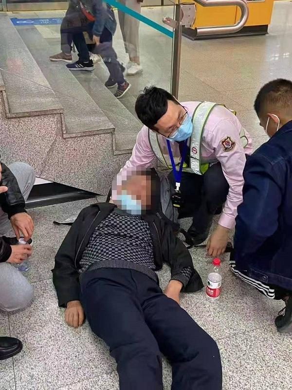 昨天地铁站多名乘客不适 轨交人及时救助