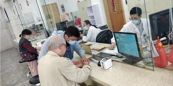 天与助老员陈均为老人办理出院手续.jpg