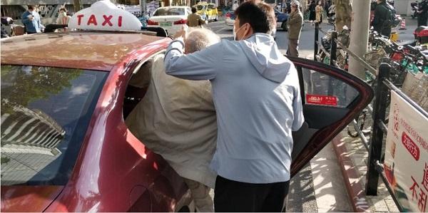 天与助老员陈均护送老人上出租车.jpg