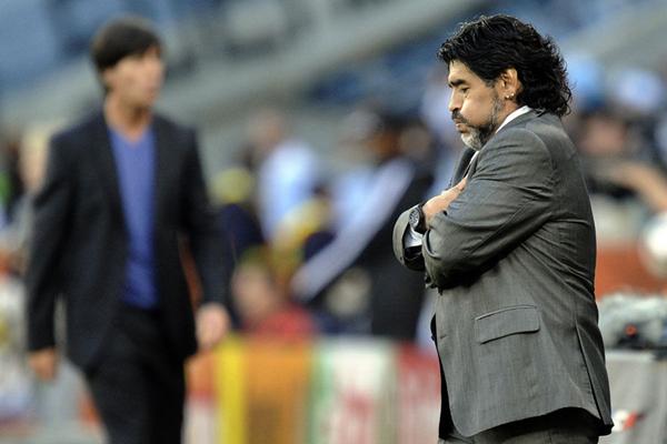 2010年7月3日,在和德国的四分之一决赛中,面对劣势一筹莫展的马拉多纳。_副本.jpg