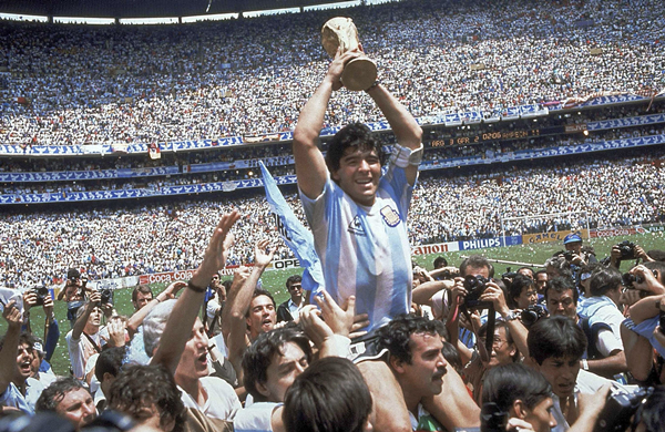 这是1986年6月29日,阿根廷队在墨西哥世界杯决赛中以3比2战胜西德队,马拉多纳(上)高举大力神杯-新华社downLoad-20201126085317_副本.jpg