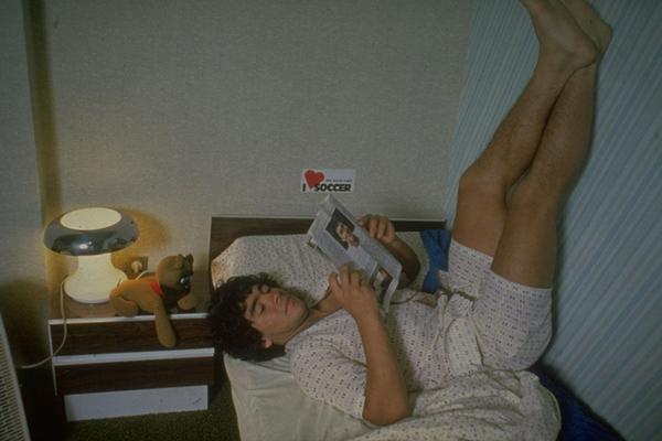 """1980年,20岁的马拉多纳在家中,床头柜上放着玩具熊,墙上贴着""""I LOVE SOCCER""""(我爱足球)的标语。_副本.jpg"""