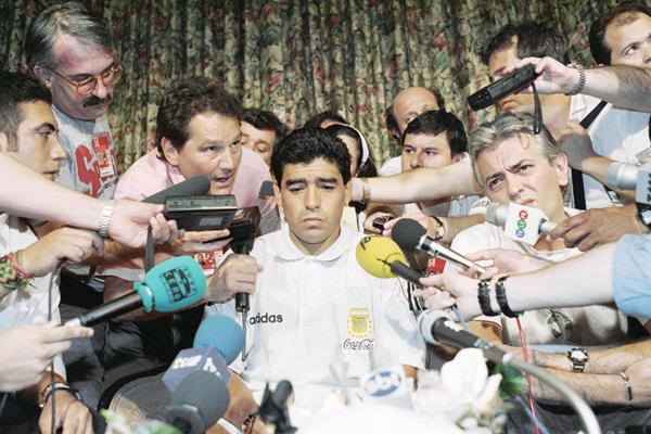 """1994年6月30日,马拉多纳在""""禁药事件""""的新闻发布会上,黯然面对媒体。_副本.jpg"""