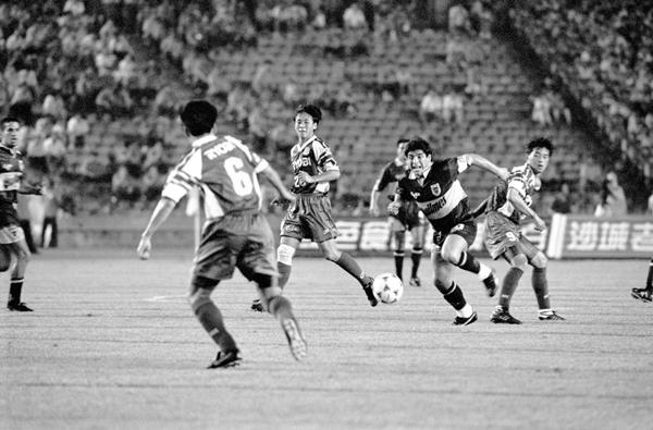 1996年7月25日,马拉多纳(右二)代表博卡青年队在北京工人体育场出战北京国安队 新华社_副本.jpg