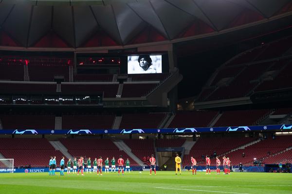 在欧冠联赛小组赛A组比赛前,西甲马德里竞技队和俄超莫斯科火车头队球员为刚刚去世的阿根廷传奇球星马拉多纳默哀-新华社downLoad-20201126110900_副本.jpg