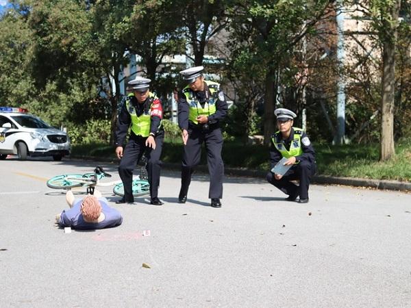 民警处理模拟事故现场.jpg
