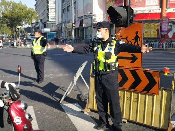 民警在模拟事故现场疏导车辆.jpg