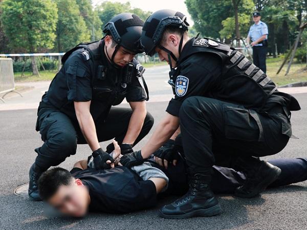 长警棍、防爆毯……金山新警开始警械装备培训